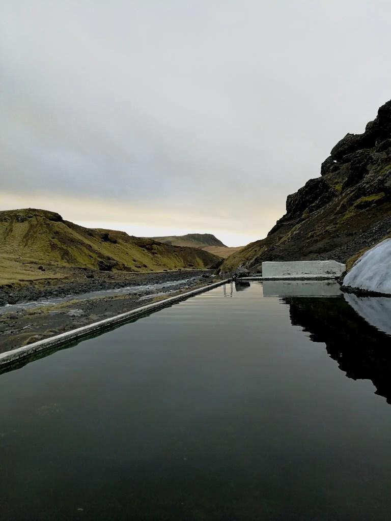 Une photo qui a été prise depuis la piscine de Selvallalaug en Islande