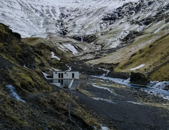 Photo qui montre Seljavallalaug en Islande une des plus belles piscines d'Islande.