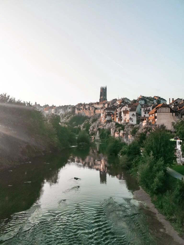 Une très jolie photo prise depuis le pont en basse ville de Fribourg ville qui se situe en Suisse.