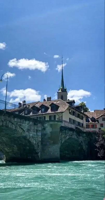 une photo qui montre le décor une fois arrivée à berne, la capitale de la suisse