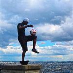 Street performers-Paris-Soccer ball on knee