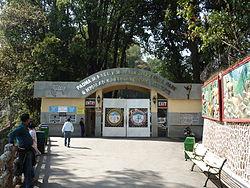 https://upload.wikimedia.org/wikipedia/commons/thumb/d/da/Padmaja_Naidu_Himalayan_Zoological_Park_Entrance.JPG/250px-Padmaja_Naidu_Himalayan_Zoological_Park_Entrance.JPG
