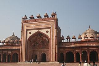 https://upload.wikimedia.org/wikipedia/commons/thumb/8/8e/Jama_Masjid-Sikri-Fatehpur_Sikri-India0008.JPG/320px-Jama_Masjid-Sikri-Fatehpur_Sikri-India0008.JPG