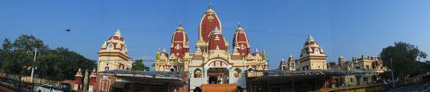 https://upload.wikimedia.org/wikipedia/commons/thumb/4/40/Birla_Mandir_Delhi%2C_a_panoramic_view.jpg/1024px-Birla_Mandir_Delhi%2C_a_panoramic_view.jpg