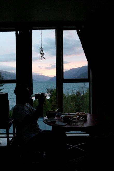 La nostra sala da pranzo privata, con vista sul lago e le montagne di Queenstown (e mai senza tramonto).