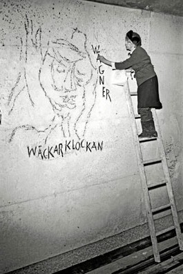 Siri creating the wall art at Östermalmstorg tunnelbana