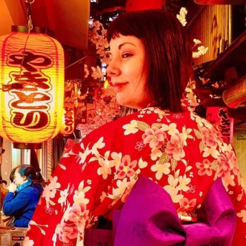 marzia in Yukata rosso a fiori Indossare un kimono nel XXI secolo