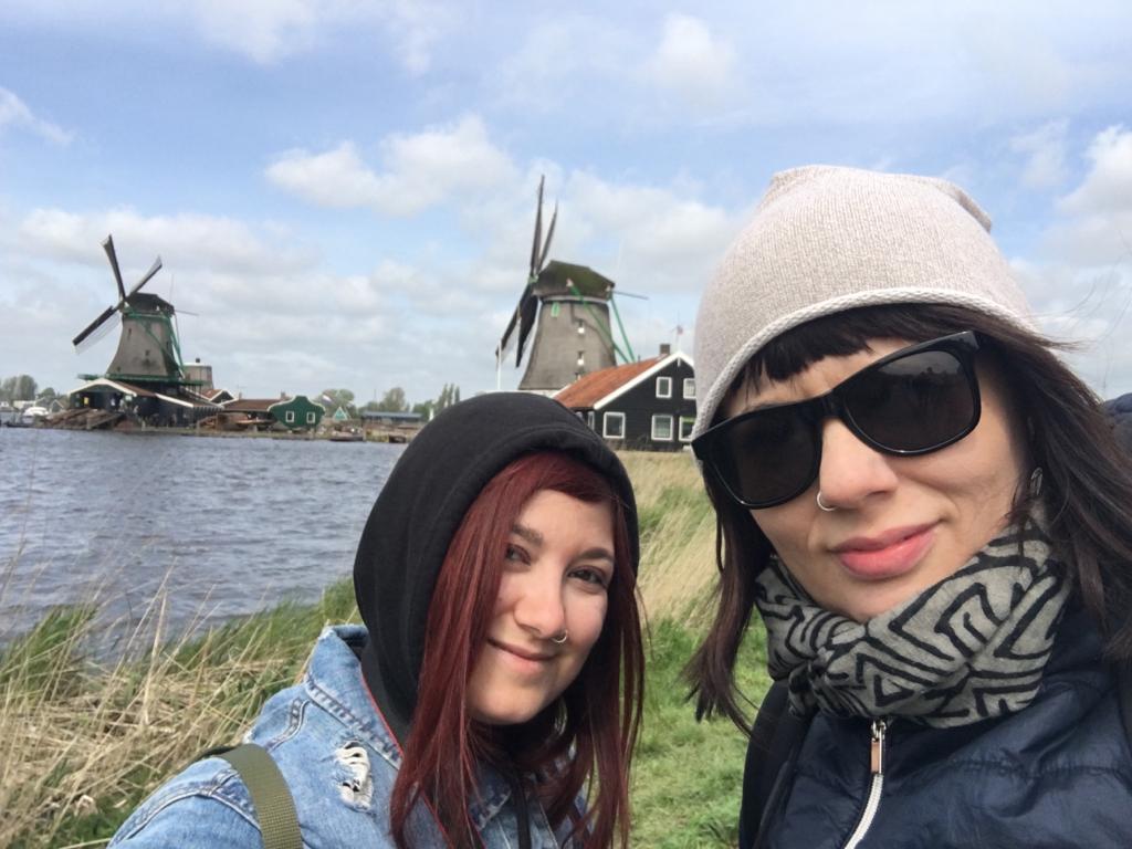 Elina e Marzia Zaanse Schans traveltherapists blog giappone elina e marzia blogger miglior blog di viaggio nomadi digitali psicologia del viaggio travel therapy