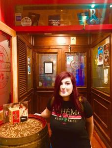 Elina in un piccolo pub a Saragozza