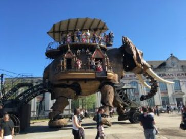 elefante machine de l'ile Nantes che porta persone sul dorso nella piazza della città Cosa vedere a Nantes