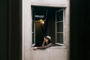 ragazza annoiata alla finestra