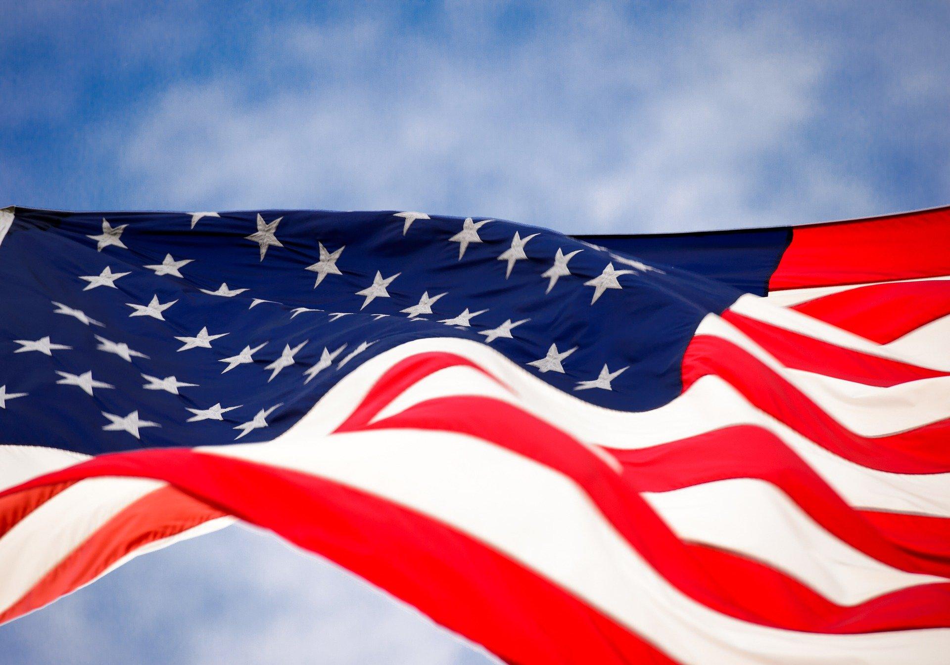 la bandiera degli stati uniti a stelle e strisce che sventola in un cielo azzurro traveltherapists blog di viaggio miglior blog di viaggio blog giappone