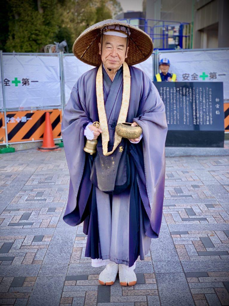anziano sacerdote shintoista a Tokyo