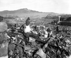 statua giapponese bn rovine Nagasaki il mio viaggio in giappone 9 agosto Nagasaki dopo la bomba atomica traveltherapists