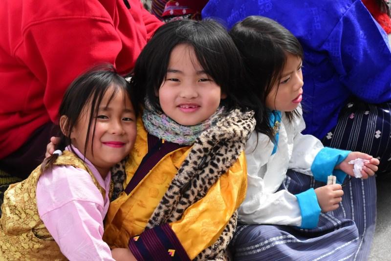 tre babini bhutanesi che sorridono