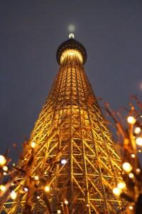Tokyo skytree di notte con luci