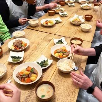 tavola giapponese con diversi cibi