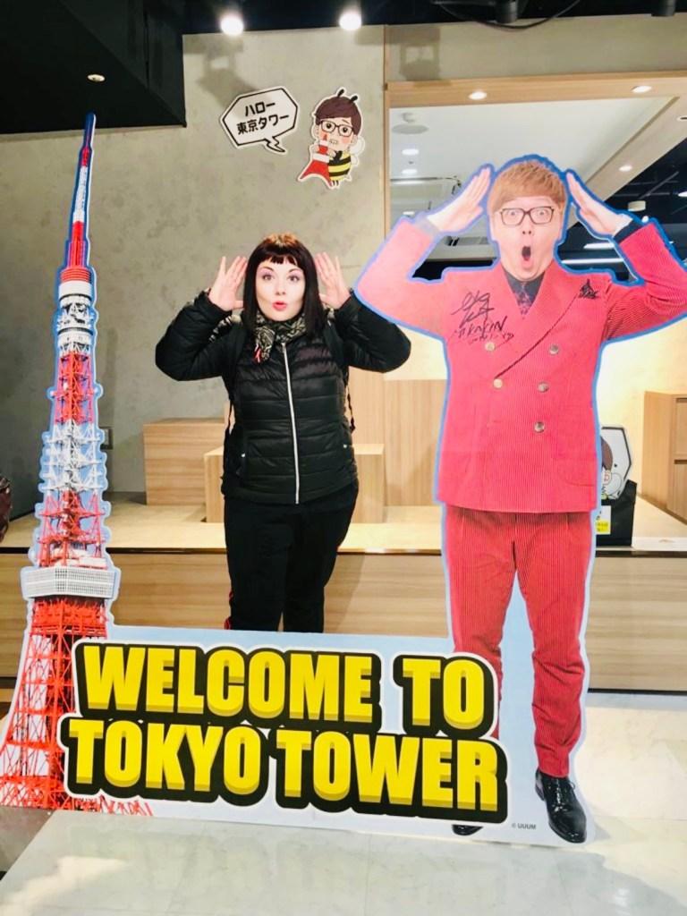 marzia all'interno della Tokyo Tower di Tokyo in posa davanti alla sagoma della torre bianca e rossa