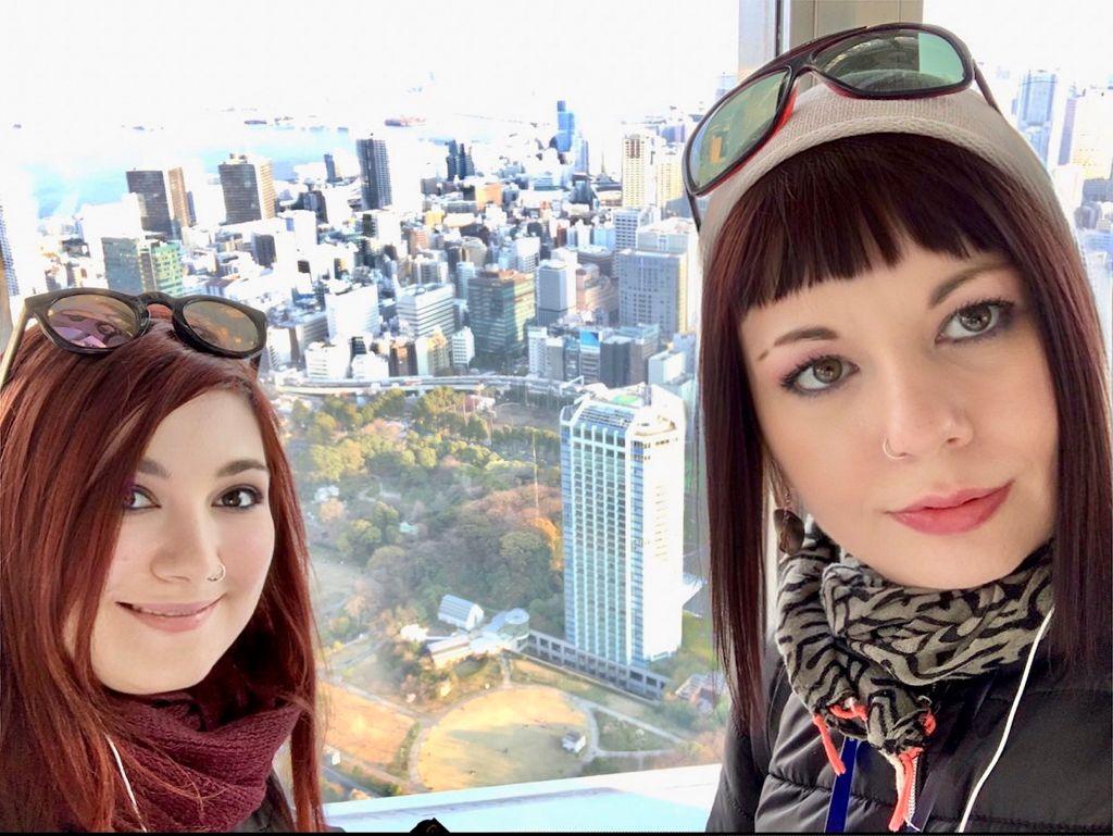 marzia ed elina sulla tokyo tower con lo sfondo il mio viaggio in giappone traveltherapists