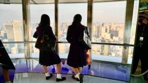 studentesse giapponesi ammirano il panorama della Tokyo Tower