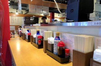 bancone del Fureai Sakaba Hotei- con salse 5 top ristoranti consigliati da giapponesi miglior blog di viaggio