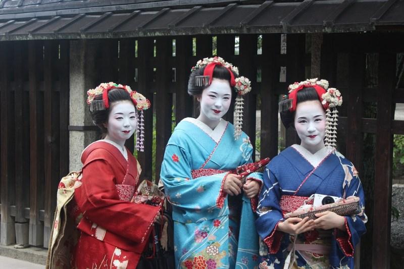 tre geishe in kimono Cose che non sai sulla geisha