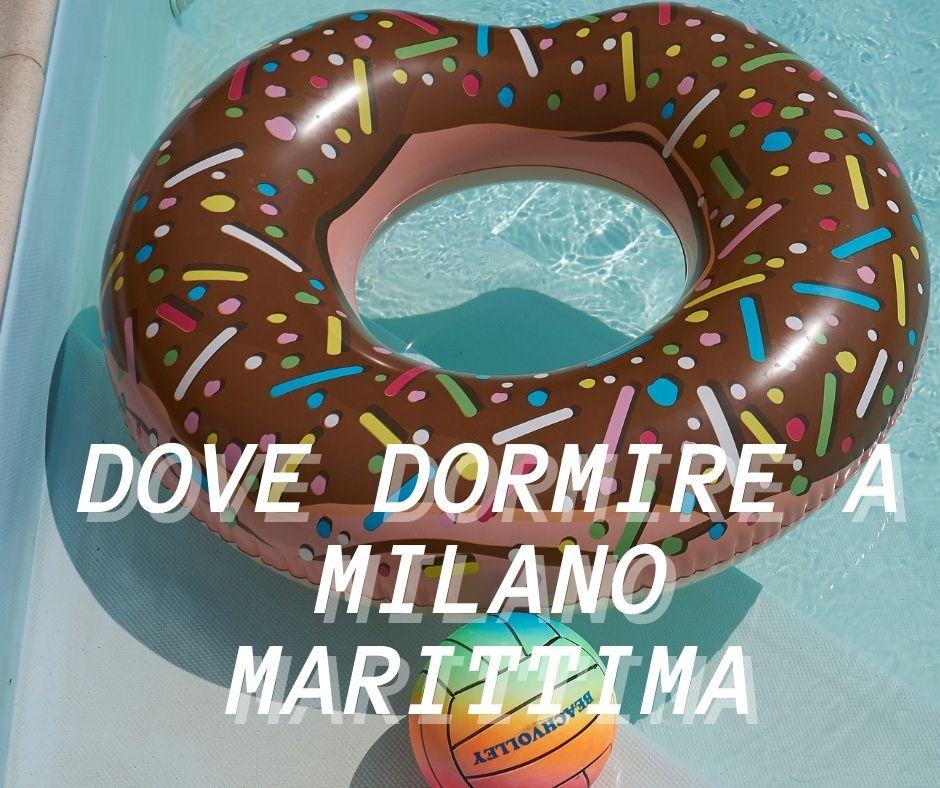 Una piscina e un salvagente a forma di donuts ciambella di cioccolata con zuccherini colorati e una palla colorata a Milano Marittima