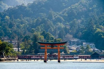 o-torii itsukushima shrine miyajima il mio viaggio in giappone traveltherapists Uno dei santuari più antichi del Giappone blog giappone miglior blog di viaggio grande torii