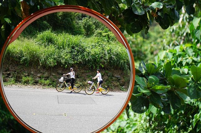 due ragazzi in bicicletta