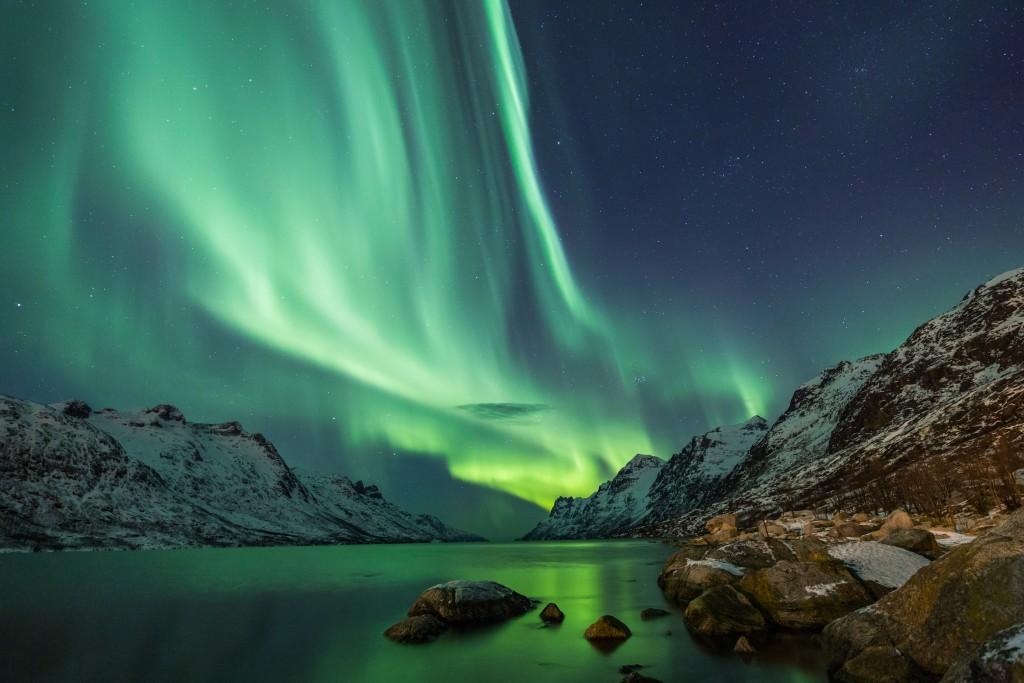 Om het noorderlicht te zien moet je hoog genoeg zitten. Dit kan bijvoorbeeld in Ijsland, Noorwegen, Zweden of Finland