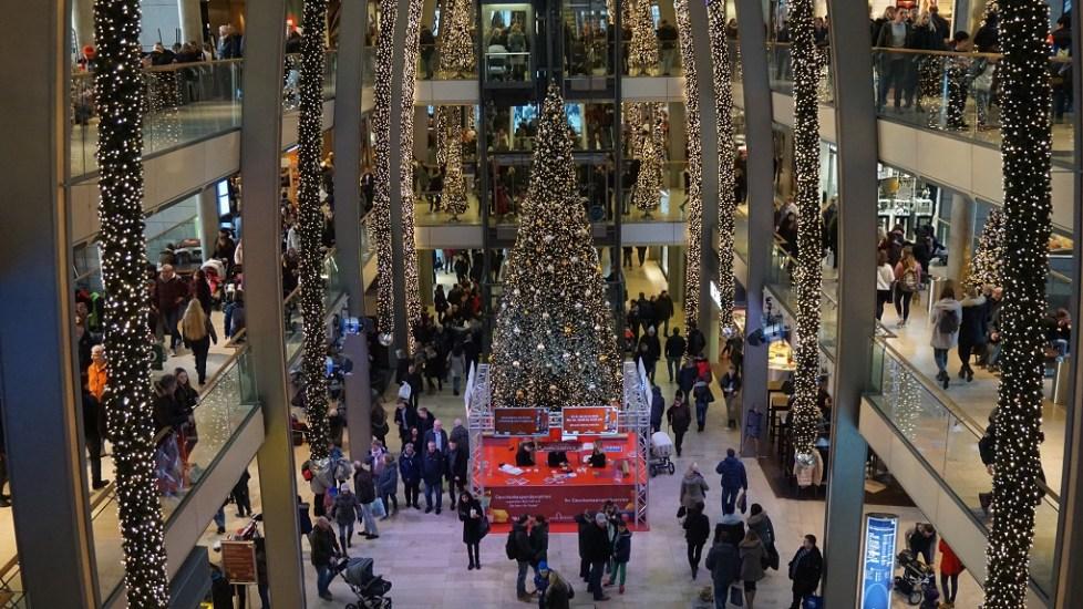 Kerstboom in shoppingcentrum Hamburg