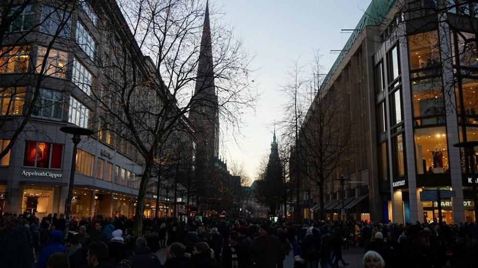 Drukte in de winkelstraten door kerstshopping in Hamburg
