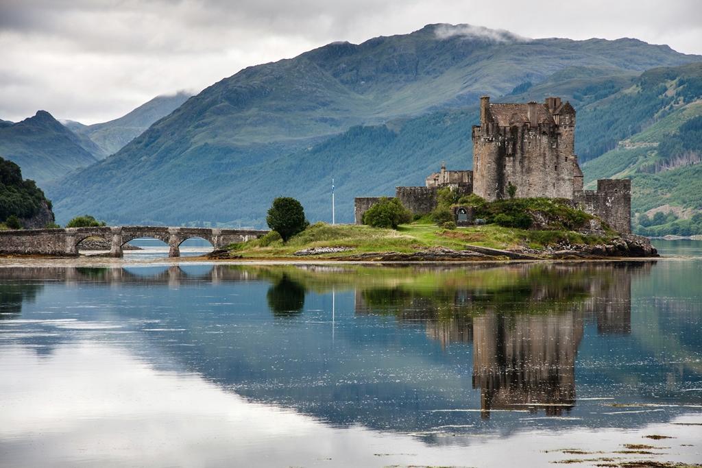Donan Castle in Schotland. Groot-Brittanië is 1 van de goedkope reisbestemmingen van dit jaar