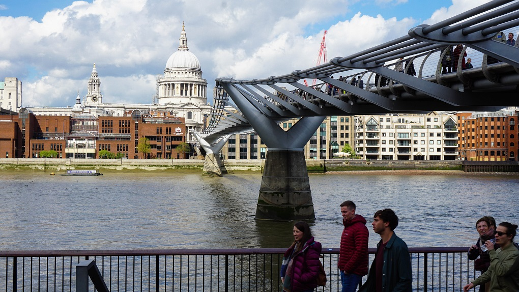 St Paul's Cathedral & Wobbly Bridge in Londen