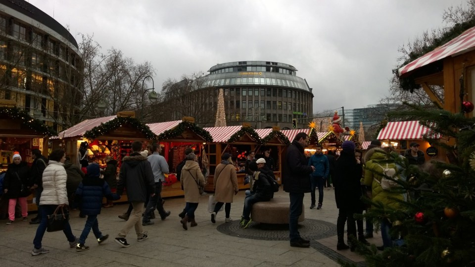 In December, I also had the pleasure to run through a christmas market (my GPS connection failed at this point due to the masses of people)