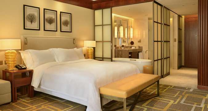 The lowest room category: A King Guest Room (Image Source: Hilton Qingdau Golden Beach / hilton.com)