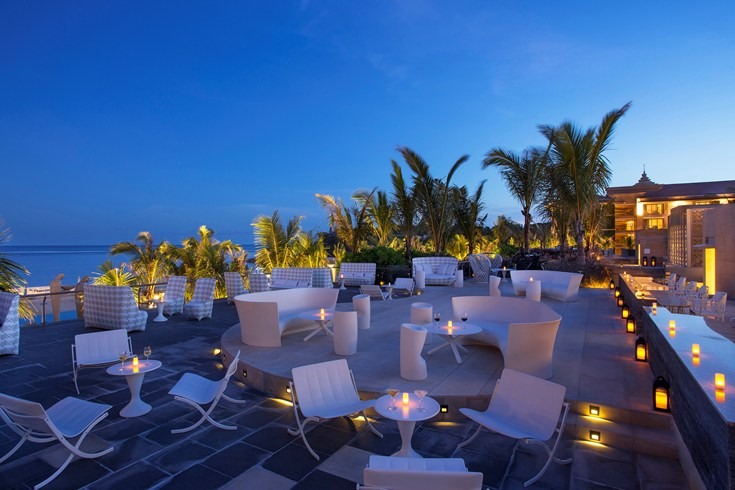 Several bars and restaurants at The Mulia Bali offer an amazing view on the Indic Ocean (Image Source: The Leading Hotels of the World / lhw.com)