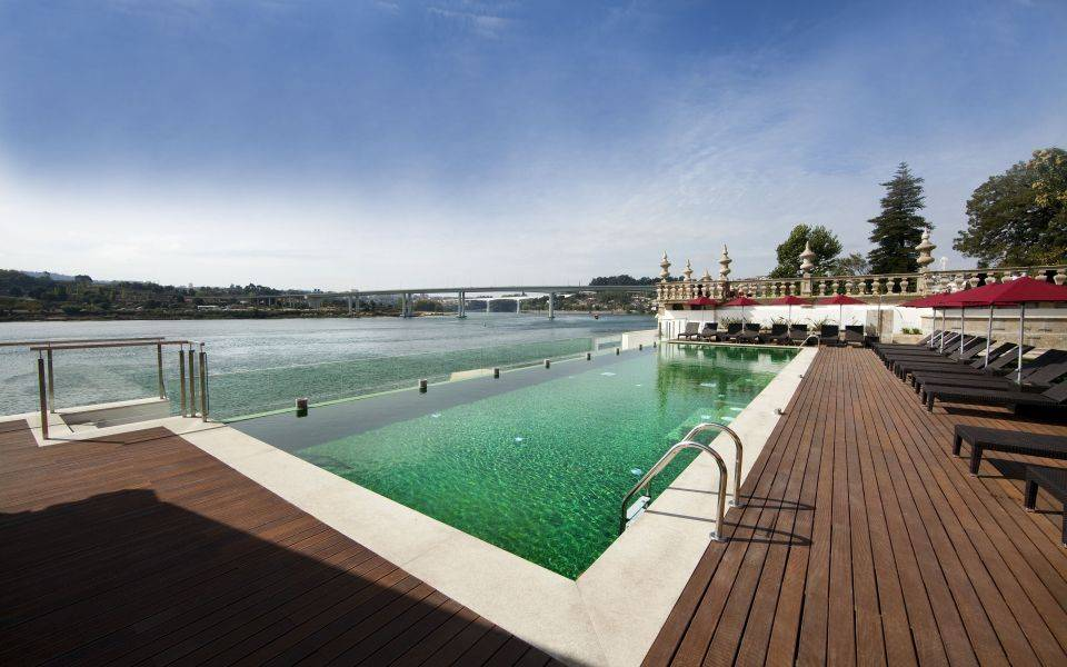 Outdoor Pool (Image Source: Pousada do Porto / pousadas.pt)