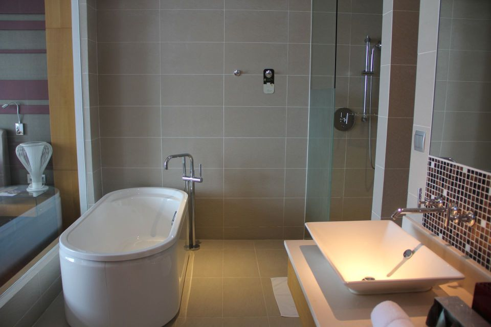 Grand Mercure Danang Suite Bathroom