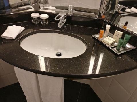 Hilton Berlin Dome View Room Bathroom