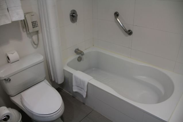 Costa del Sol Wyndham Lima Airport Queen Room Bathroom