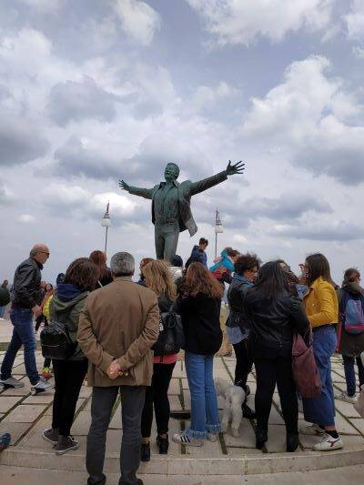 Άποψη του αγάλματος του Μοδούνιο περιστοιχισμένο από πλήθος κόσμου.