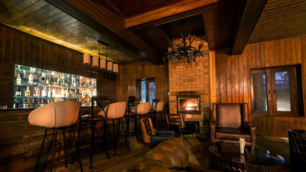 Hunter's Bar, Nedou's Hotel, Gulmarg, Kashmir, India