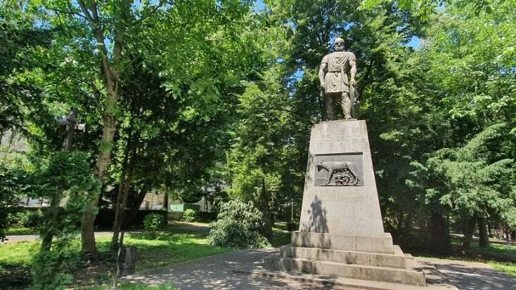 Statuia pedestra a lui Decebal - obiective turistice din Deva