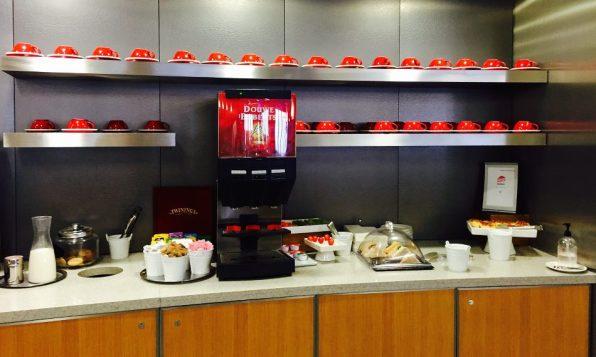 American Airlines Admirals Club London Heathrow T3 Buffet Kaffee