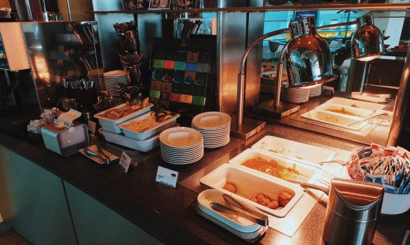 Lufthansa Senator Lounge Berlin Flughafen Tegel Buffet warme Speisen