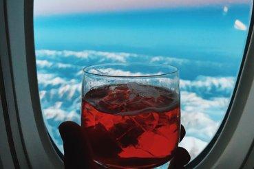 Sitz der Thai Business Class Boeing 777-300ER Negroni Drink Großer Kaukasus