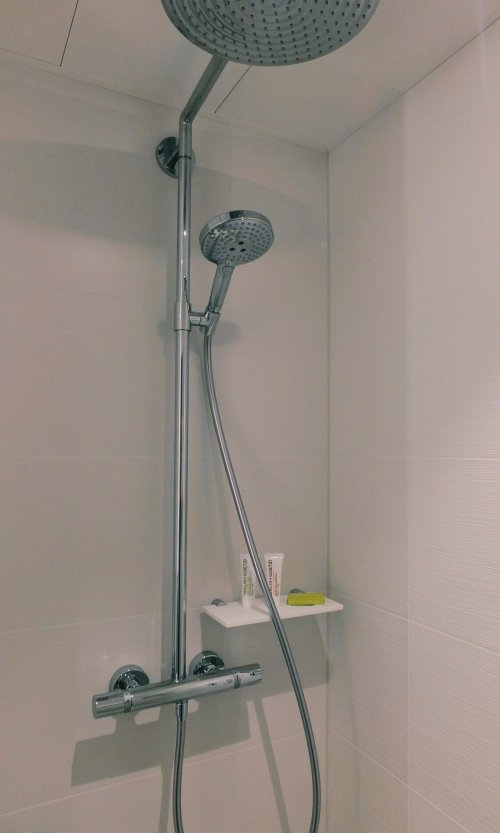 Review Le Meridien Frankfurt Badezimmer mit Dusche