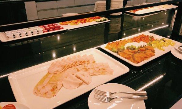 Review Le Meridien Frankfurt Frühstücksbuffet Wurst und Lachs