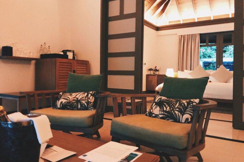 Review JA Manafaru Maldives 1 Bedroom Beach Suite Villa Wohnbereich Blick ins Schlafzimmer
